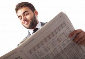 vue-de-dessous-de-l-39-homme-d-39-affaires-lisant-un-journal_1149-944-300x208