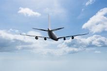 avion-volant-avec-des-nuages-de-fond_1134-409-220x147